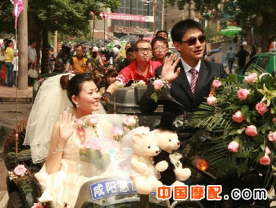别出心裁的婚礼--摩托车队迎娶新娘