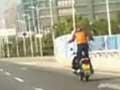 翔安帝骑:实拍男子站立飞驰摩托车上跳舞 (112播放)