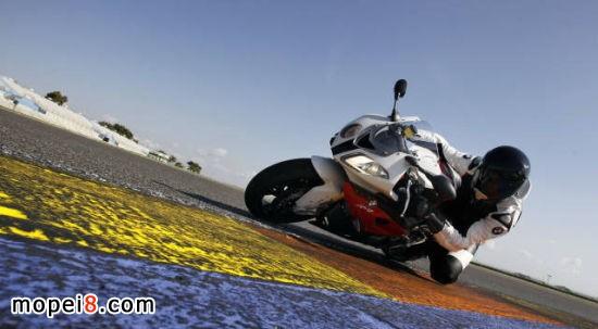 驾驶摩托车磨膝过弯