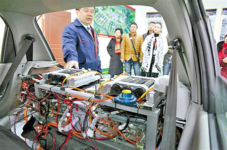 轿车后备厢中以氢储藏罐为原料的装备