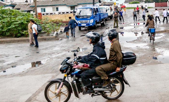 朝鲜只有一种人可以骑摩托车